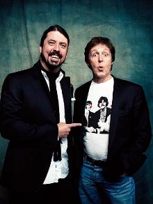 Dave Grohl  e Paul McCartney tocando:
