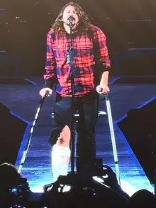 Foo Fighters: Dave Grohl quebra a perna e volta ao palco engessado
