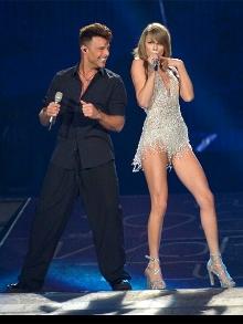 Taylor Swift libera versão acústica de sua música e canta com Rick Martin