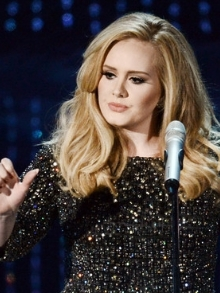 Adele, Demi, Coldplay, Meghan Trainor, Weeknd e Sheeran cantam ao vivo