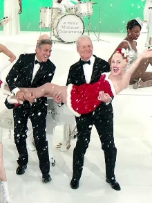 Estreia série de natal com Miley Cyrus no colo de George Clooney