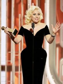 Gaga promete novo disco para 2016 e ganha prêmio de melhor atriz