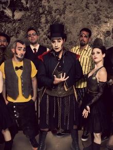 O Teatro Mágico libera clipe de música inédita e faz show com Nando Reis