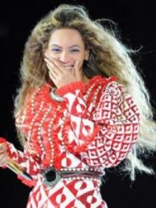 Beyoncé estreia nova superturnê e homenageia o cantor Prince