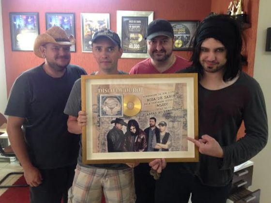 foto: 1 - Rosa De Saron recebe o disco de ouro pelo álbum Cartas Ao Remetente