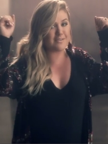 Kelly Clarkson empolga com o clipe de 'Invincible'