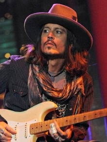 Johnny Depp arrasa em solo de guitarra antes de vir para o Rock in Rio