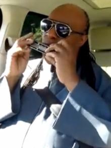 Stevie Wonder participa de programa e brinca de karaokê em carro