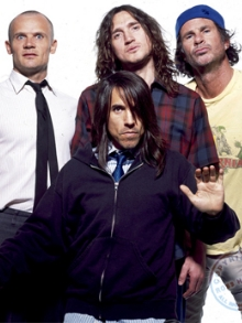 Red Hot Chili Peppers e convidados fazem show beneficente
