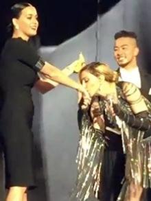 Madonna chama Katy Perry para o palco e ela dança até o chão