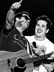 Rogério Flausino e seu irmão Wilson Sideral cantam Cazuza
