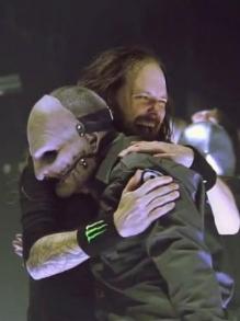 Korn libera música inédita com Corey Taylor, do Slipknot. Escute aqui