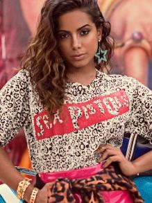 Anitta leva prêmio de melhor cantora brasileira no EMA da MTV