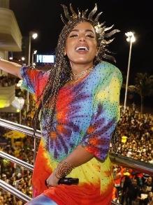 Anitta estreia bloco em Salvador e arrasta multidão. Veja como foi