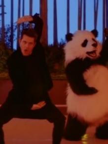 John Mayer lança clipe fofo com 'panda gigante' e muito passinho
