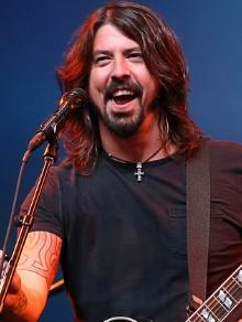 Dave Grohl, do Foo Fighters, canta música inédita em evento