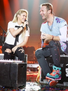Chris Martin e Shakira arrasam cantando 'Sky Full of Stars' e 'Chataje'