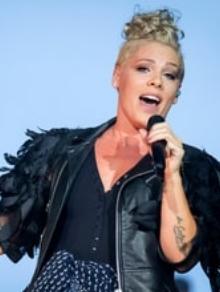 Pink libera clipe político de 'What About Us'. Vale a pena conferir