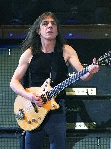 Morre o guitarrista do AC/DC Malcom Young e músicos lamentam