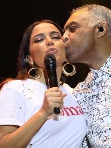 Anitta participa de festival em Savador e canta com Gil. Veja o que rolou