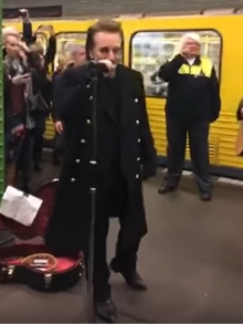 U2 faz minishow surpresa em metrô de Berlim. Veja como foi