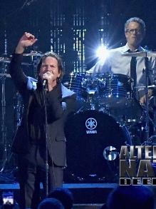 Pearl Jam toca 'Alive' com o baterista original, Dave Krusen