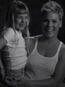 Pink lança clipe lindo com participação de sua filha em prol da Unicef