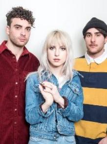 Paramore lança clipe de 'Rose-Colored Boy' inspirado nos anos 80