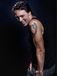 Brasileiro Alírio Neto é o novo vocalista da banda oficial de cover do Queen