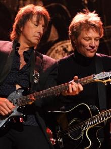 Bon Jovi reencontra Richie Sambora e eles cantam juntos em evento