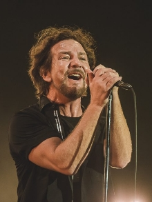 Eddie Vedder, do Pearl Jam, canta Bob Dylan em bar de Nova Iorque