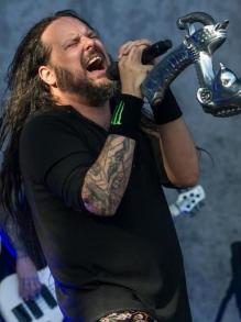Jonathan Davis, vocalista do Korn, lança música solo, capa e tracklist