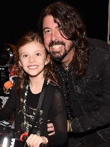 Dave Grohl, Foo Fighters,  faz show beneficente e canta com as filhas