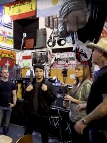 Metallica recebe fãs em seu HQ, uma espécie de templo da banda