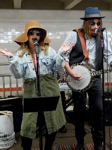 Christina Aguilera se fantasia e canta, de surpresa, no metrô