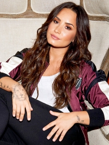 Demi Lovato surpreende e lança música nova Sober com lyric vídeo