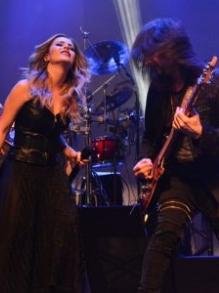 Sandy participa de gravação de novo DVD do Angra. Veja aqui como foi