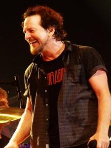 Pearl Jam faz cover em homenagem a Chris Cornell