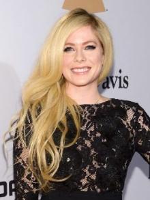 Avril Lavigne lança música inédita e romântica com clipe