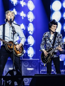 Paul McCartney canta com Ringo Starr e Ron Wood, dos Rollins Stones