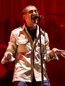 Arctic Monkeys, que fará shows no Brasil, libera clipe ao vivo. Veja aqui