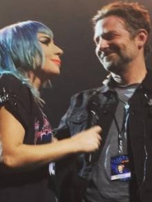Lady Gaga recebe Bradley Cooper e eles cantam ao vivo pela primeira vez