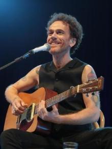 Nando Reis lança álbum com músicas do Roberto Carlos e sai em turnê