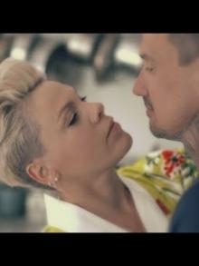 Pink lança clipe biográfico com o marido para faixa 90 Days