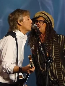 Paul McCartney chama Steven Tyler no palco e juntos cantam Beatles