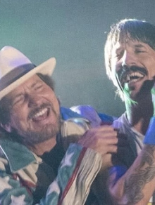 Red Hot Chili Peppers canta junto com Eddie Vedder, do Pearl Jam