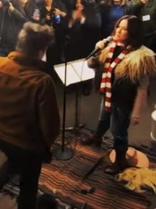 Alanis Morissette canta disfarçada em metrô de Nova Iorque e fãs deliram