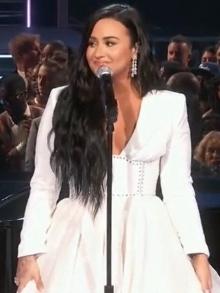 Demi Lovato canta emocionada no Grammy e libera música inédita