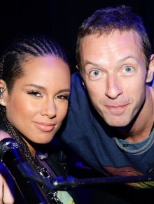 Alicia Keys lança música inédita e Chris Martin e mais cantam Foo Fighters