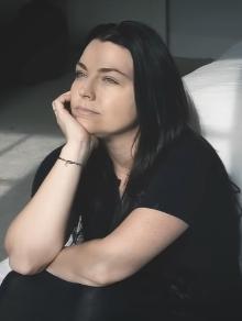 Evanescence lança música inédita que chega com clipe caseiro